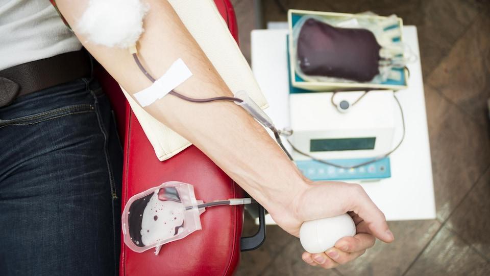 Un homme fait un don de sang.