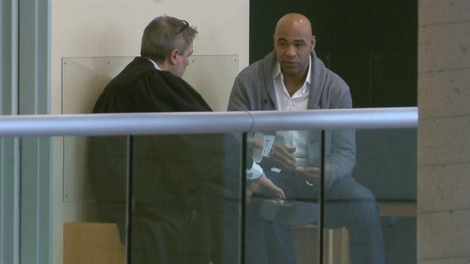 Il discute avec son avocat