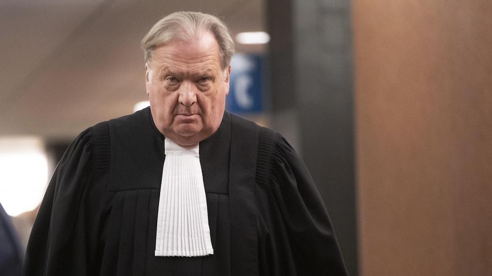 Arrivée de Me Michel Massicotte au palais de justice de Montréal où se déroule le procès d'Éric Salvail.