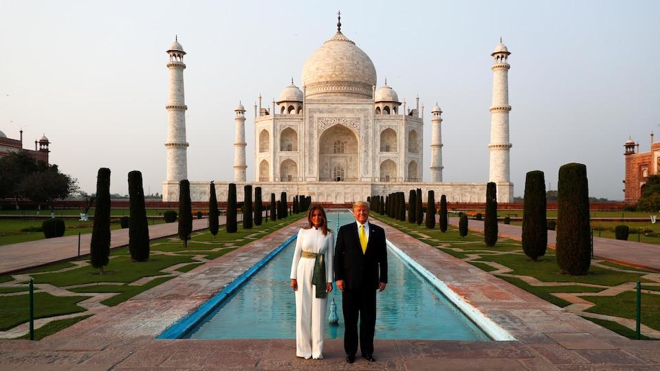 Le couple présidentiel pose devant le Taj Mahal.