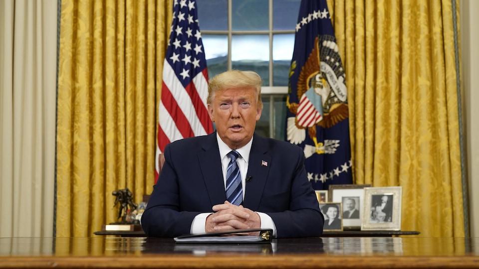 Donald Trump donne une allocution dans le Bureau ovale.