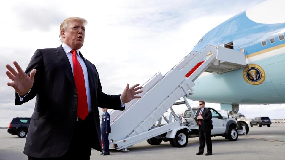 Donald Trump est sur le tarmac devant Air Force One.