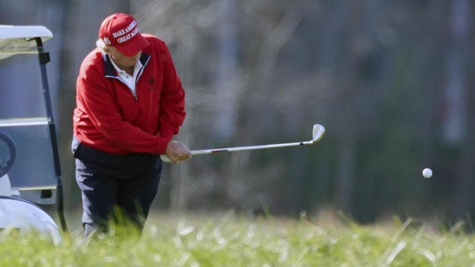 Donald Trump joue au golf.