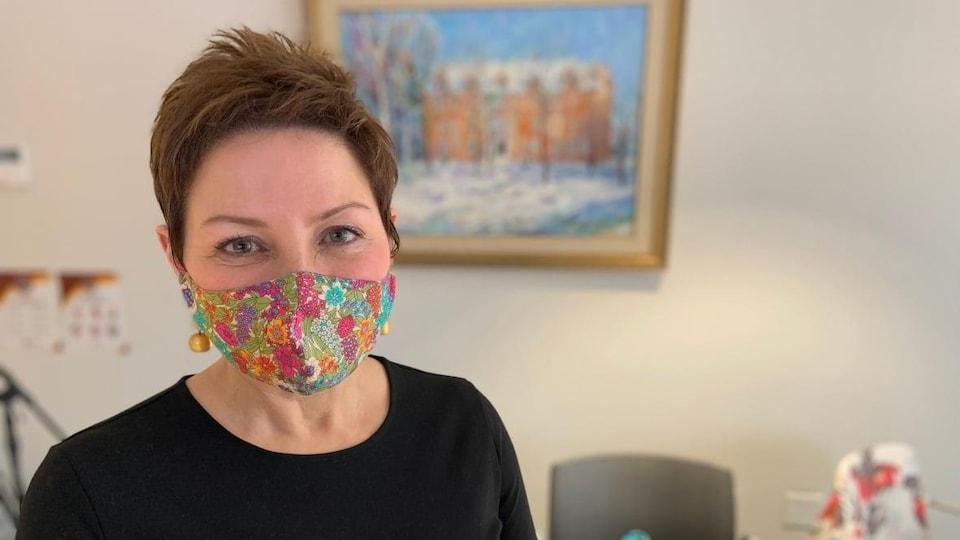 Donna Sutton porte un masque et pose pour la photo.