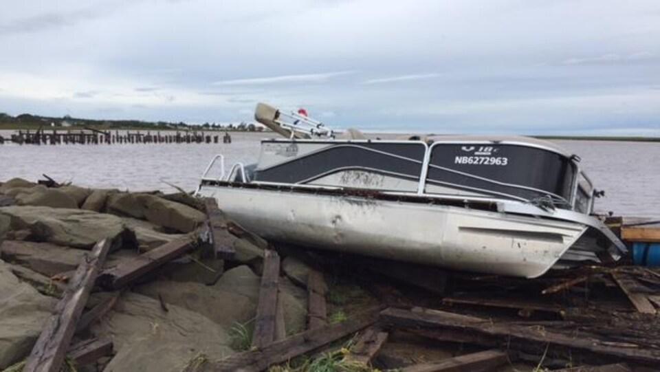 Un bateau est échoué sur un quai de Grand-Barachois.