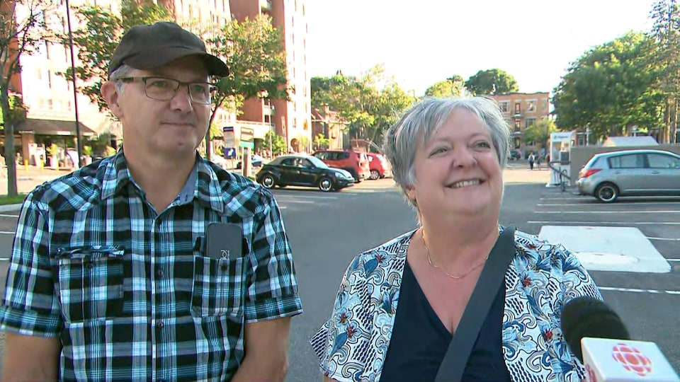 Marcel Giroux et Doris Poulin, souriants, à l'extérieur devant le Grand Théâtre de Québec