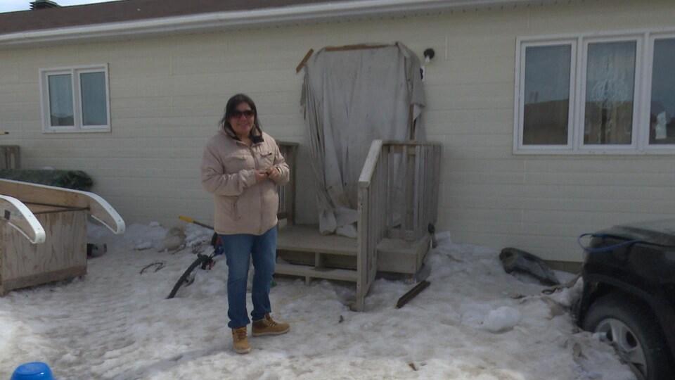 Dorothy Williams devant sa maison à Kashechewan