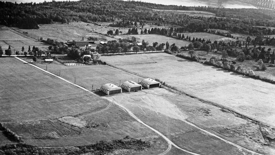 Un aérodrome vue du ciel, avec trois hangars