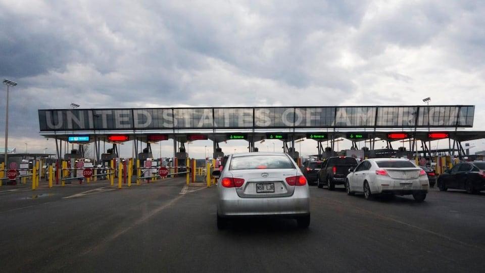 Des automobilistes attendent au poste frontalier de Saint-Bernard-de-Lacolle.