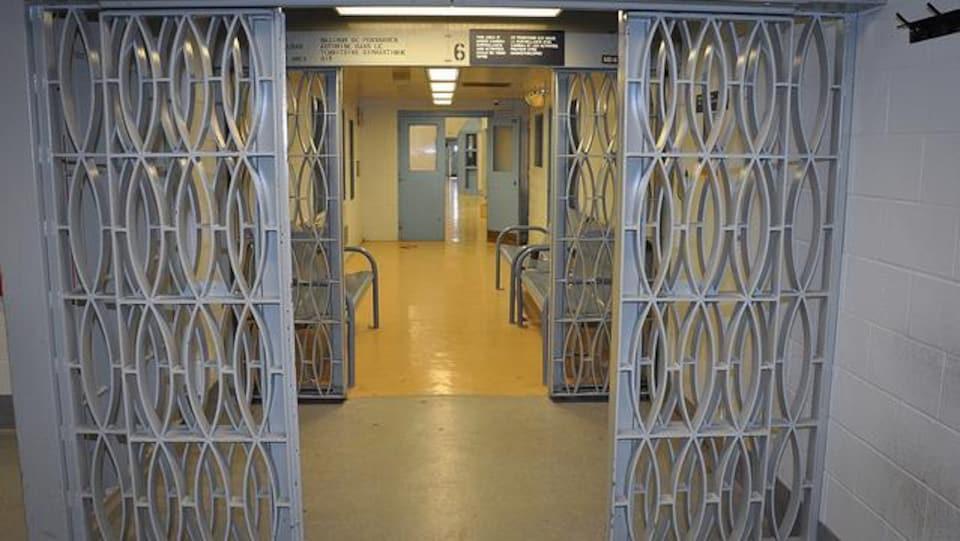Deux portes de sécurité à l'intérieur d'une prison fédérale.