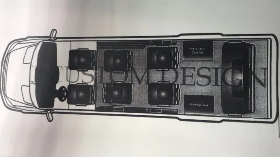 Dessin de l'intérieur d'une fourgonnette où l'on voit six sièges et un canapé, en plus d'un téléviseur et d'un mini-réfrigérateur.