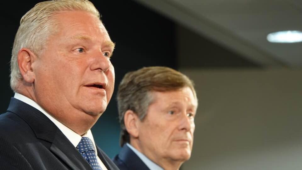 Photo de profil de deux hommes.