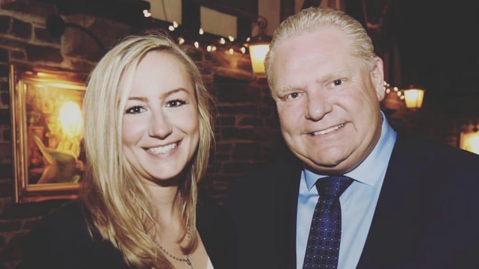 Photo d'un homme et d'une femme l'un à côté de l'autre dans un restaurant.