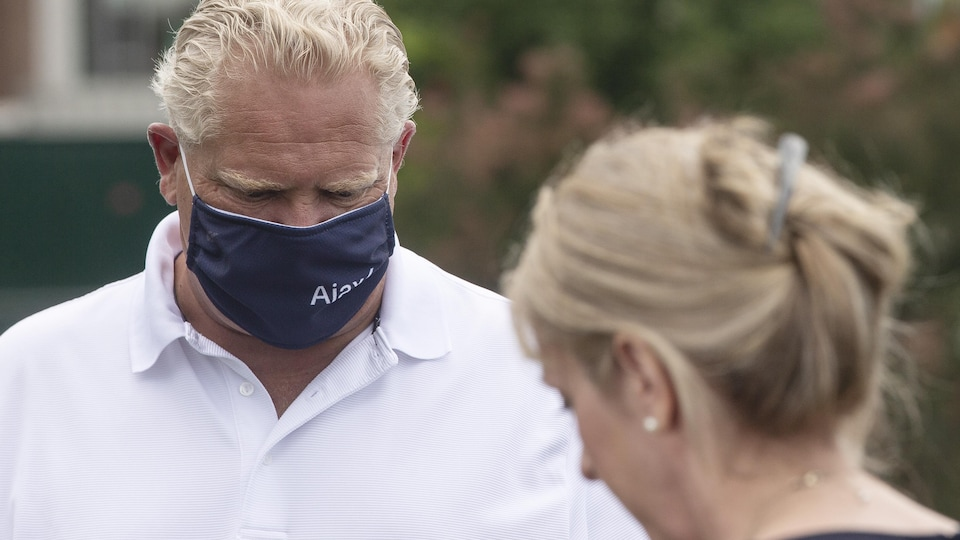Doug Ford portant un masque.