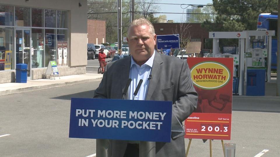 Doug Ford promet de réduire le prix de l'essence à la pompe.