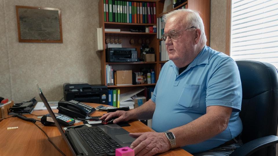 Doug Irving travaille à son ordinateur portable dans son bureau.