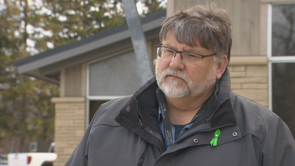 Doug Measures pose à la caméra lors d'une entrevue devant la mairie de Clearview.