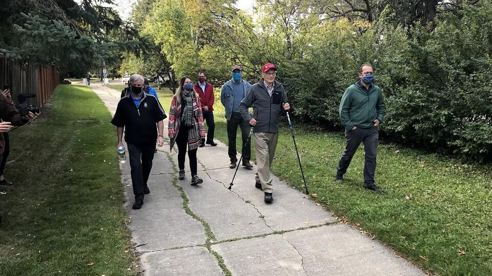 Le groupe marchant dans un parc.