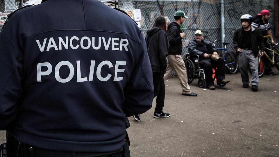Un policier de Vancouver patrouille dans le quartier Downtown Eastside.