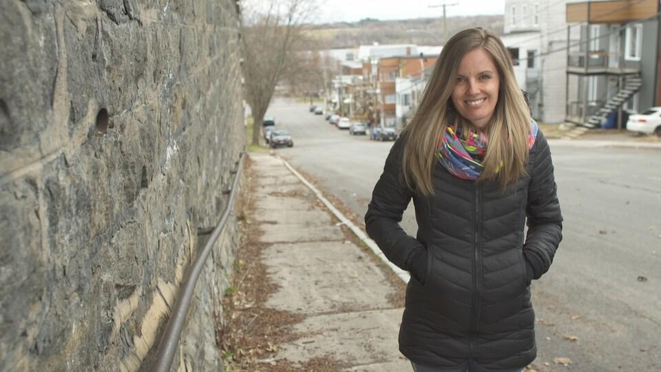 Mily Pageau se tient debout sur un trottoir.