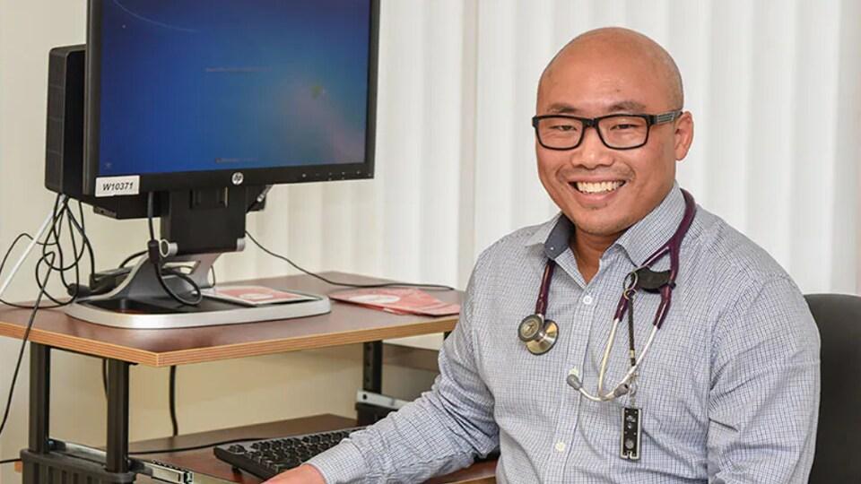 Le médecin spécialiste en maladies infectieuses de l'Hôpital général de Regina, le Dr Alex Wong.