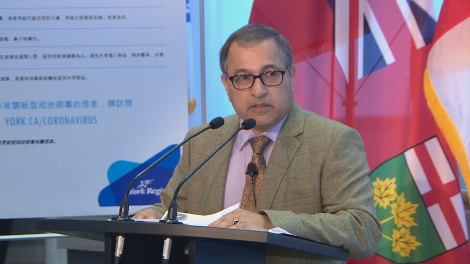 Le Dr Karim Kurji, médecin hygiéniste de la région de York, lors d'une conférence de presse.