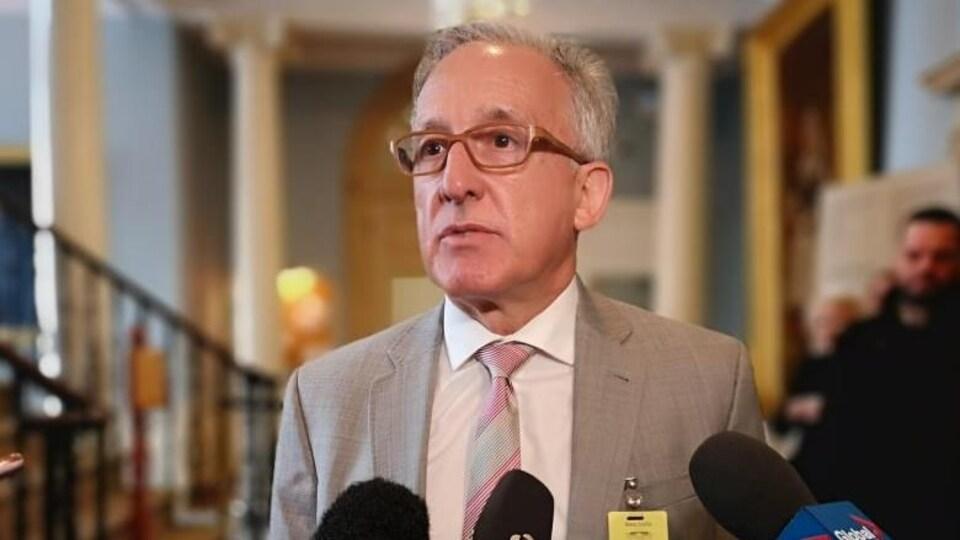 Le Dr Kevin Orrell, sous-ministre et directeur général du Bureau de recrutement des professionnels de la santé, lors d'une conférence de presse.