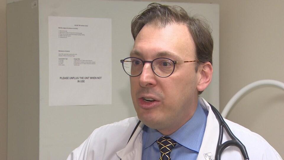 Le Dr Matthew Stanbrook en entrevue