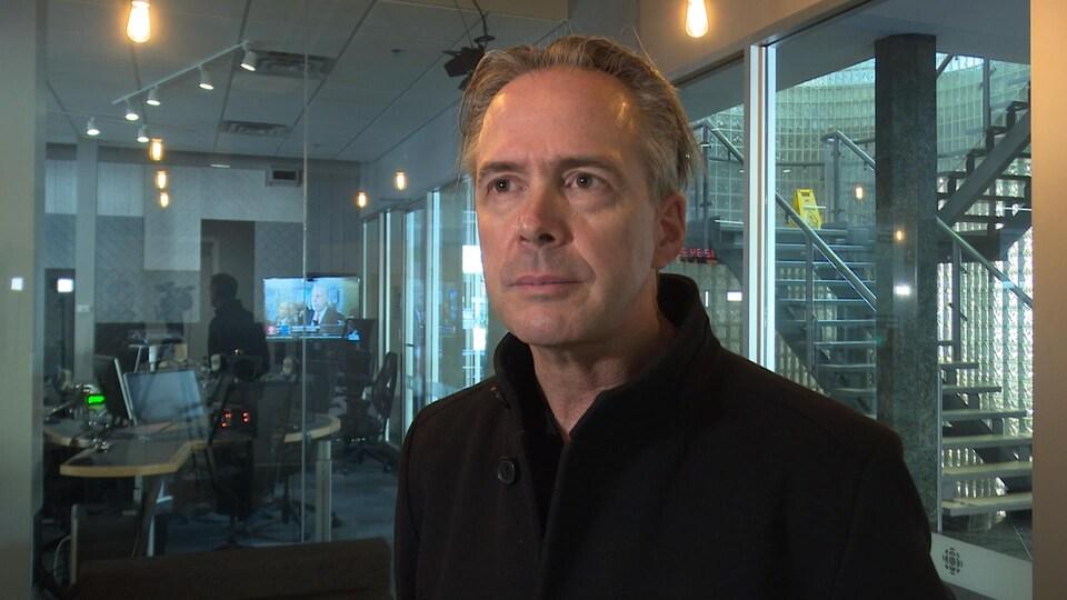 Roch St-Aubin en entrevue dans les studios de Radio-Canada.