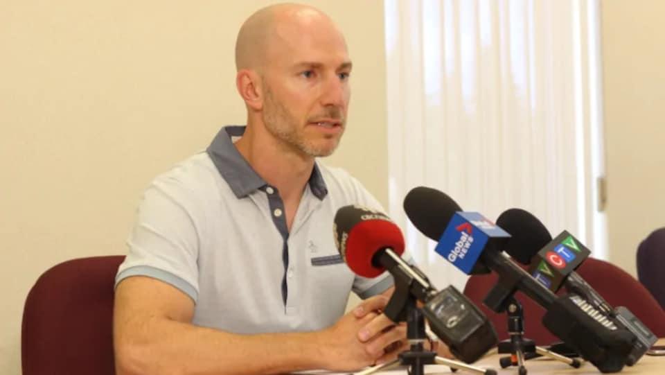 Dr Yves Léger donne une conférence de presse.