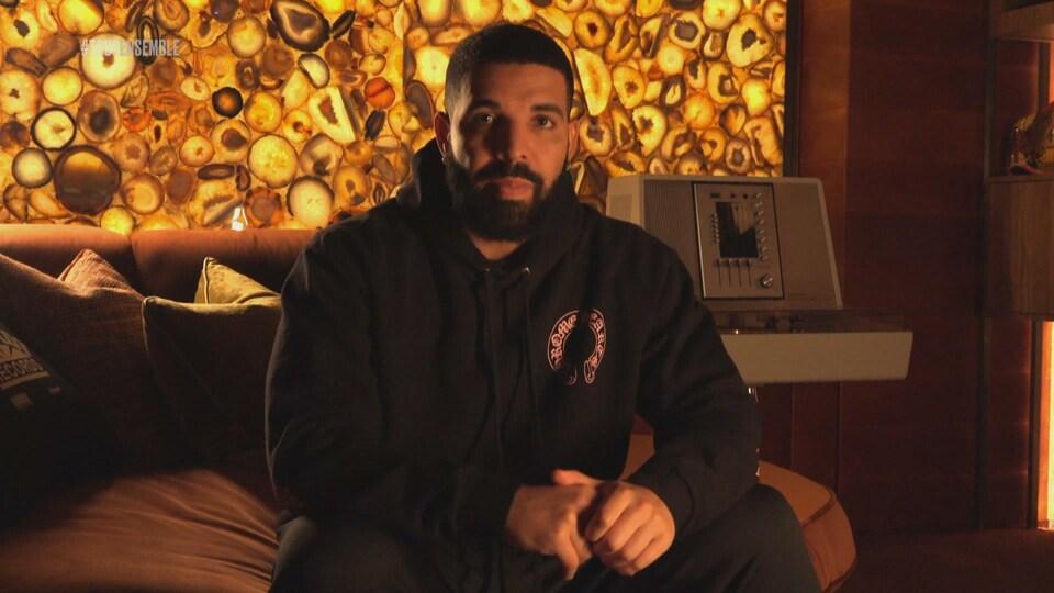 Le rappeur Drake, lors du spectacle « Stronger Together, Tous ensemble ».