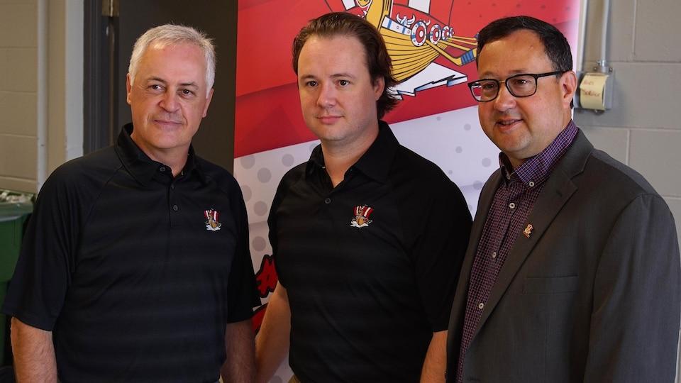 La photo a été prise lors de la conférence de presse annonçant la nomination de Pierre Rioux à titre de directeur général de l'équipe.