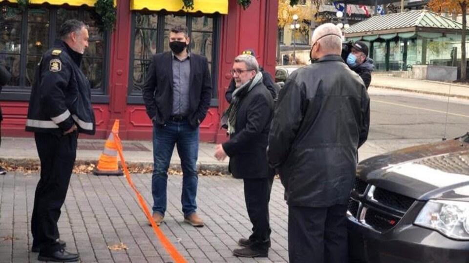 Le maire Régis Labeaume a rencontré les policiers du SPVQ un dimanche matin.