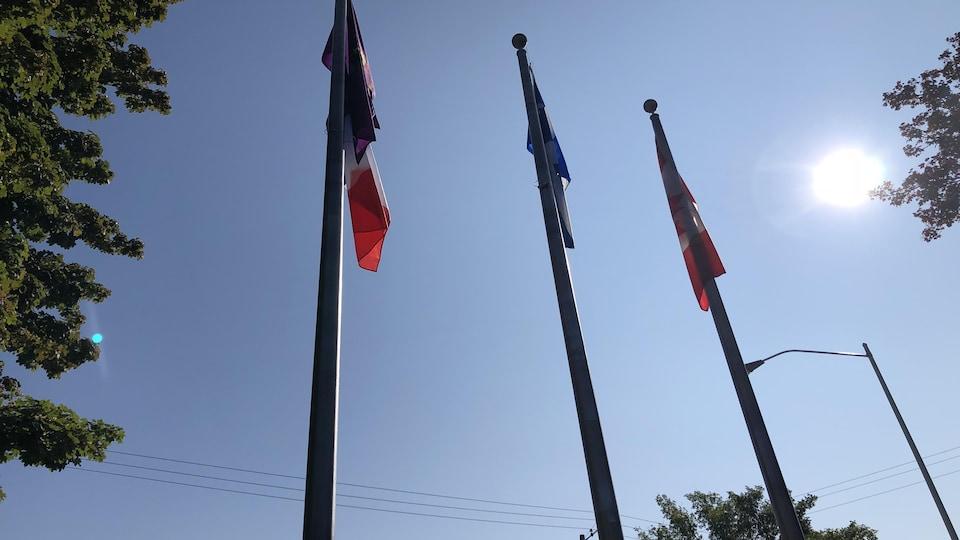 Trois drapeaux hissés.