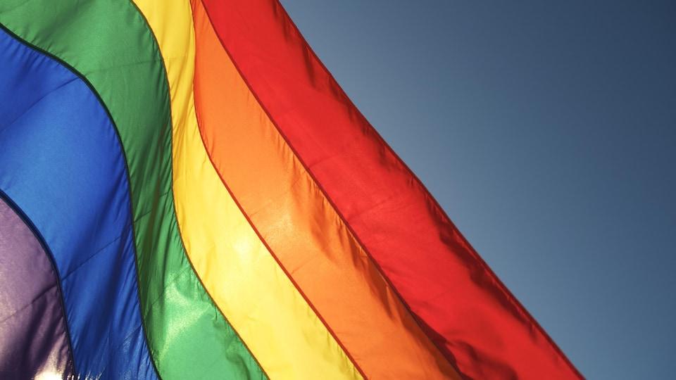Un drapeau arc-en-ciel.