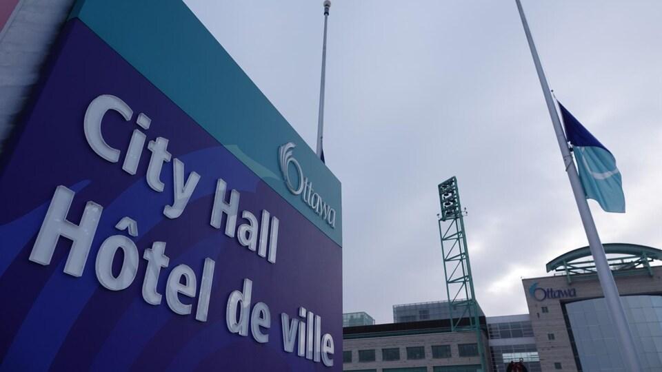 Les drapeaux en berne devant l'hôtel de Ville d'Ottawa.