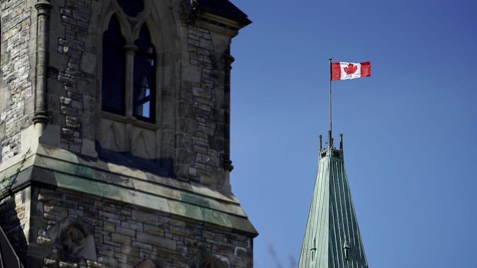 Le drapeau du Canada flotte au sommet de la tour de la Paix à Ottawa.
