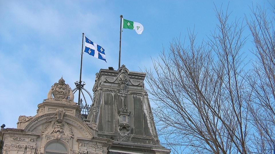 Le drapeau franco-ontarien flotte sur l'édifice de l'Assemblée législative du Québec, auprès du fleurdelisé.