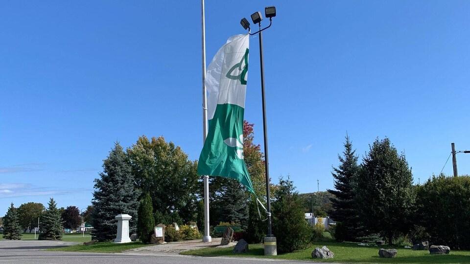 Un drapeau franco-ontarien endommagé par le vent.