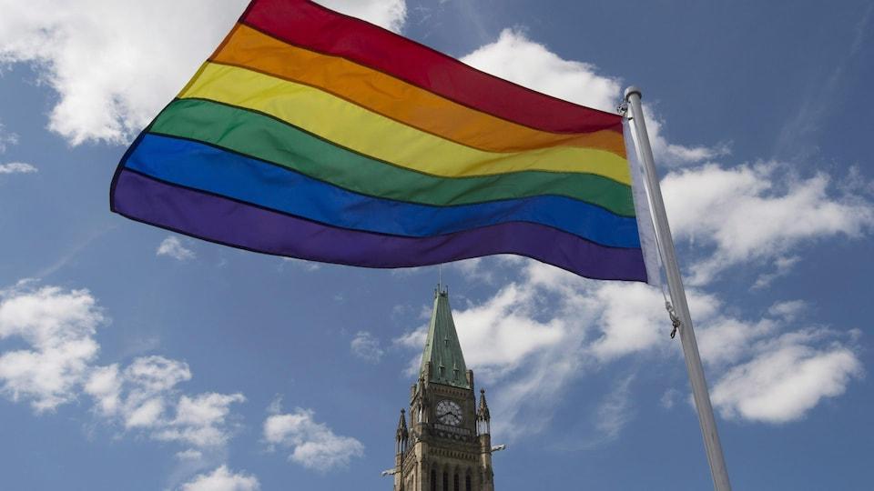 Le drapeau de la fierté flotte après une cérémonie sur la colline du Parlement, le 1er juin 2016, à Ottawa.