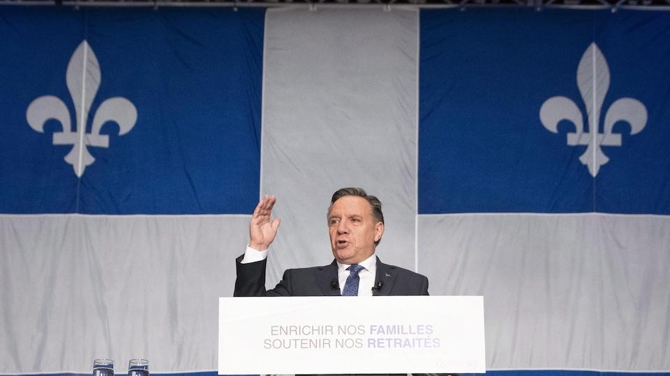 Le drapeau surdimensionné et commandé par le gouvernement caquiste comprend de nombreuses imperfections.