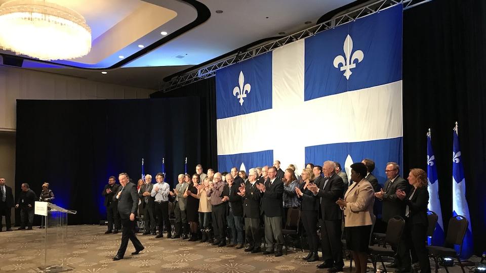 Ce drapeau du Québec a été suspendu dans une salle de l'hôtel Hilton à Québec le 3 décembre pour la présentation du premier énoncé économique du gouvernement caquiste.