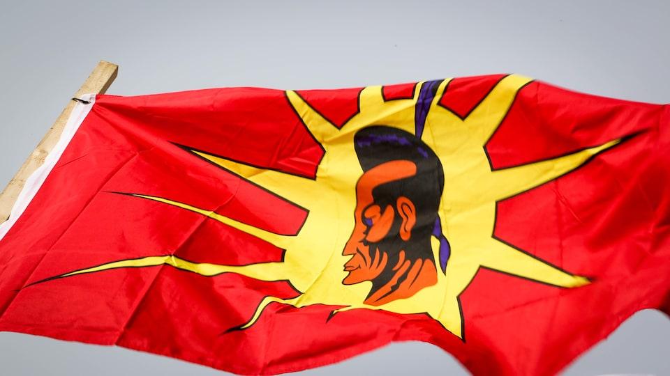 Un drapeau Mohawk flottant dans les airs sur le camp des manifestants Mohawk de Tyendinaga, en Ontario.