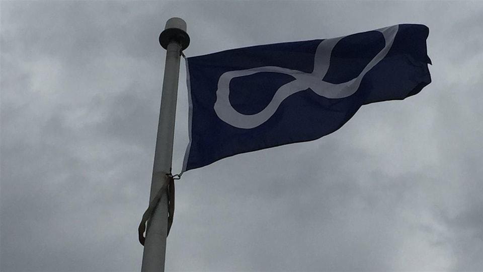 Le drapeau métis dans le vent.     Photo : Radio-Canada/Claude Gagnon