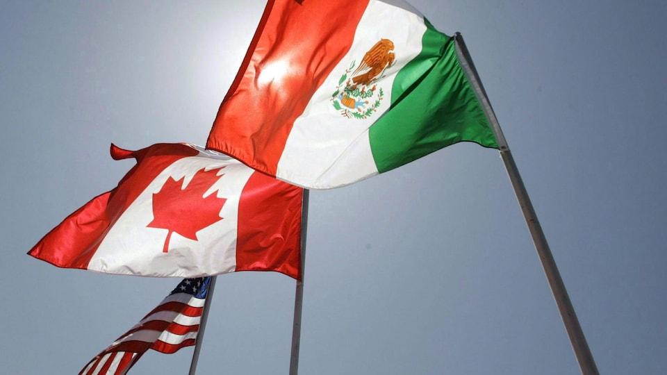 Les drapeaux du Mexique, du Canada et des États-Unis flottent au vent.