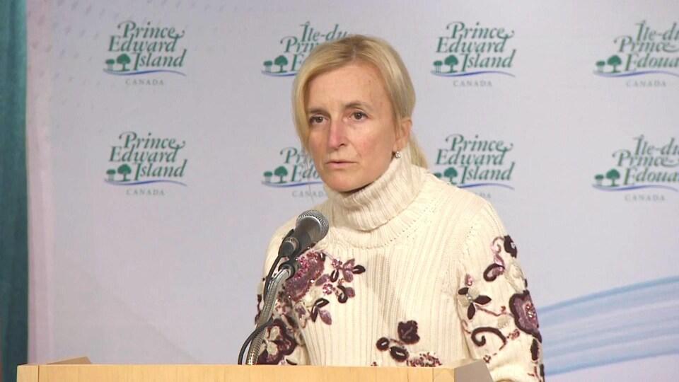 Heather Morrison parle au micro pendant une conférence de presse.