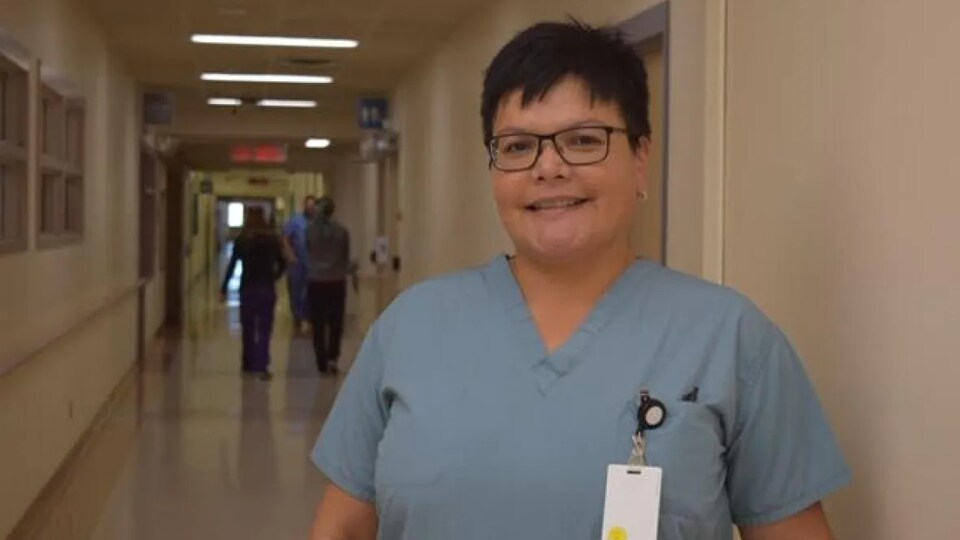 Jennifer Jocko dans un corridor d'hôpital.