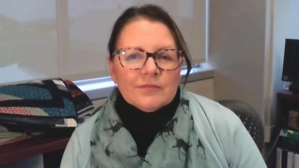 Jennifer Russell en entrevue par webcam.