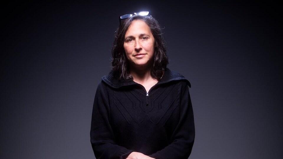 Photo studio d'une femme vêtue de noir.