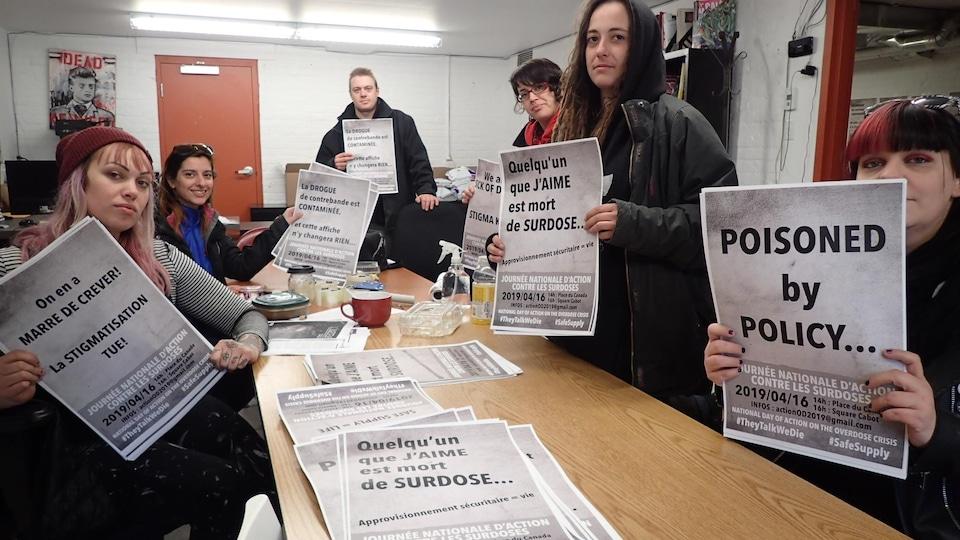 Les membres de différents organismes préparent les affiches en vue de la manifestation du 16 avril.